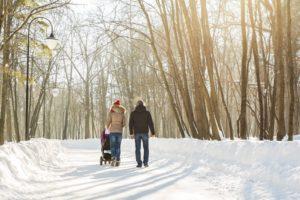 Spaziergang im Winter mit Kinderwagen